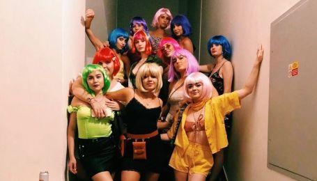 """Замужняя звезда """"Игры престолов"""" Тернер с друзьями в цветных париках громко отпраздновала девичник"""