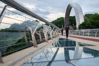Тріснуте скло на пішохідному мості у Києві замінять за два дні – КМДА