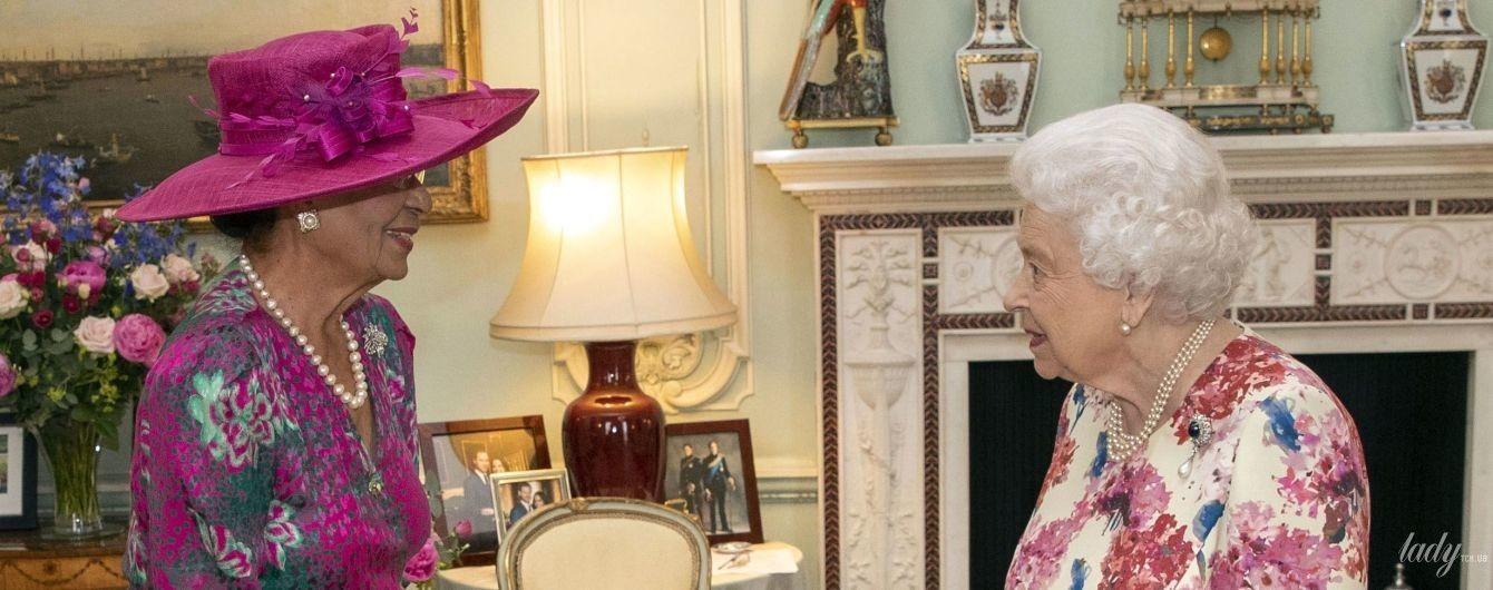 Какой красивый образ: королева Елизавета II снова удивила выбором платья