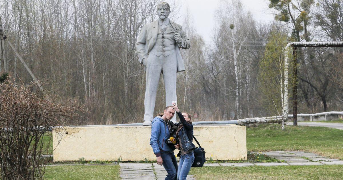 """В Припяти туристы делают неуместные селфи и эротические фото. Продюсер """"Чернобыля"""" обратился к ним"""