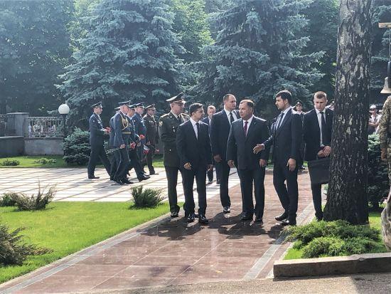 Зеленський приїхав на церемонію вшанування пам'яті загиблих у катастрофі ІЛ-76 під Луганськом