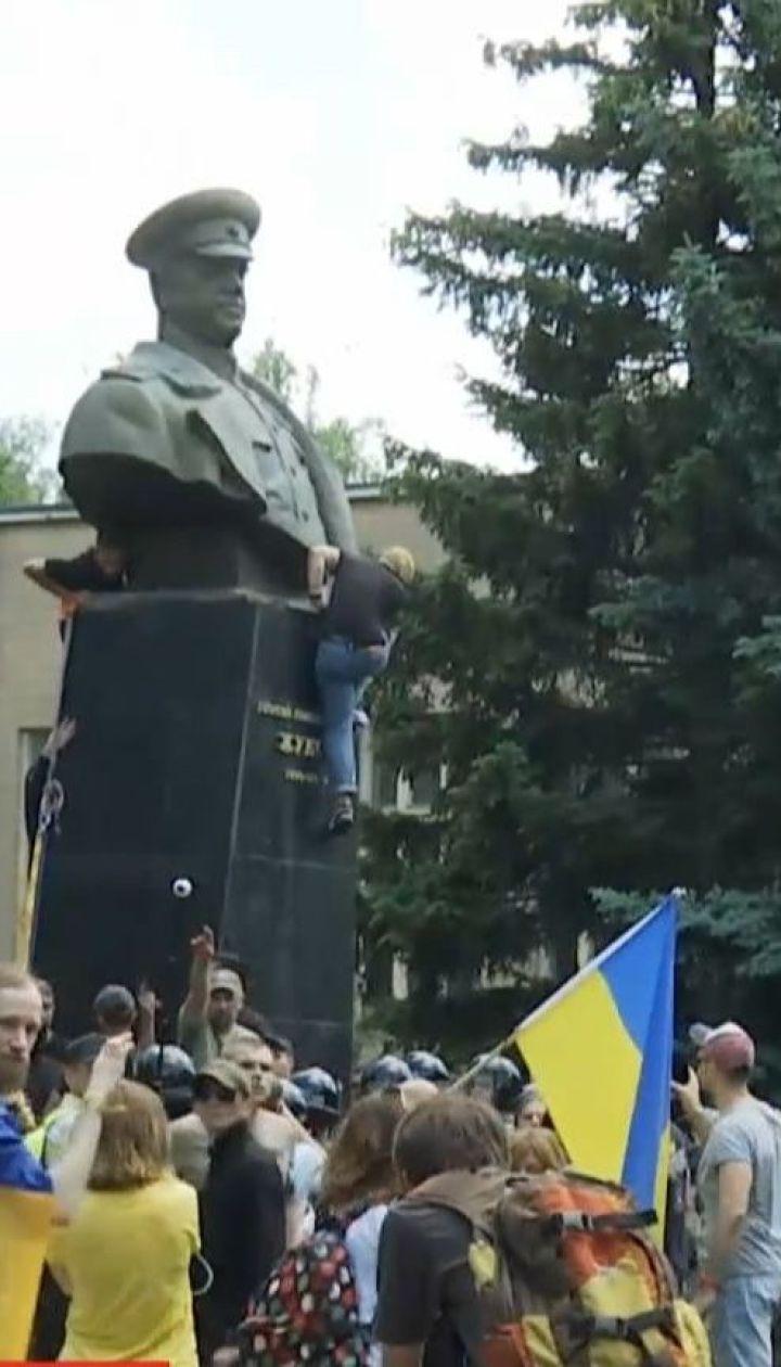 Уночі слідчі прийшли з обшуками до активістів через повалення пам'ятника Жукову