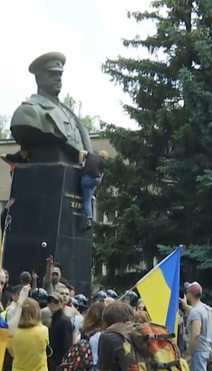 Ночью следователи пришли с обысками к активистам из-за свержения памятника Жукову