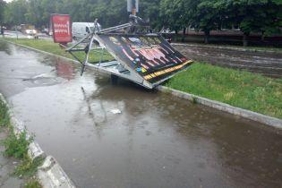 Повалені дерева та затоплені вулиці. Схід та Південь України потерпає від негоди