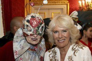 У красивому вбранні та в масці: герцогиня Корнуольська на балу