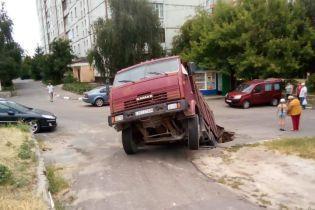 В Обухові вантажівка провалилась під асфальт. Відео