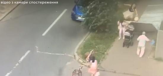 У Харкові металева огорожа впала на жінку з дитячим візком та її доньку. Інцидент потрапив на відео