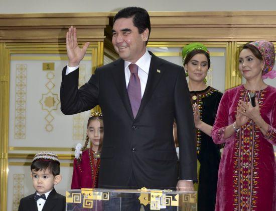 Президент Туркменістану показав, як вміє стріляти з велосипеда