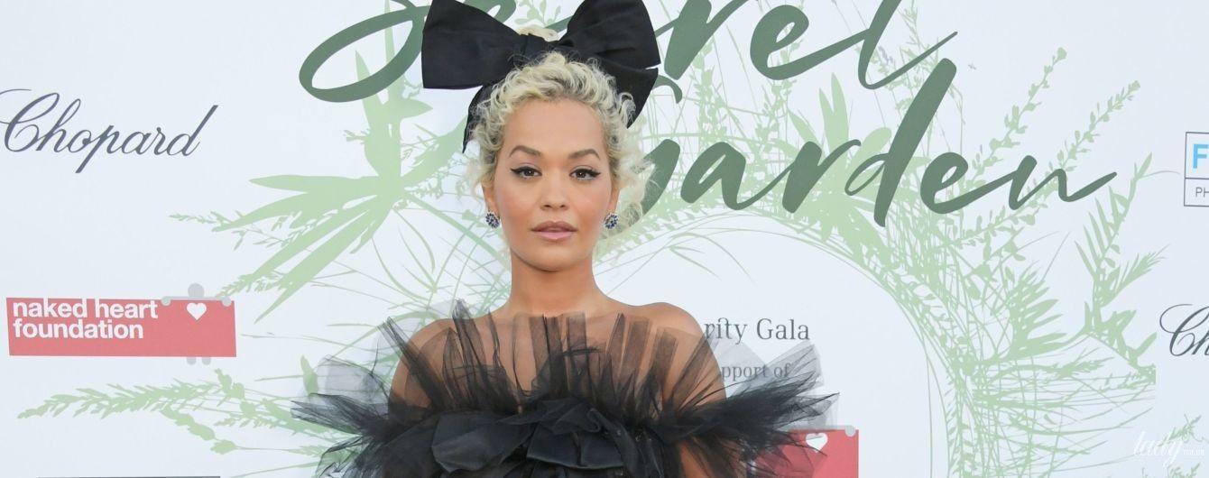 В платье со шлейфом и с бантом на голове: Рита Ора выступила на благотворительном вечере