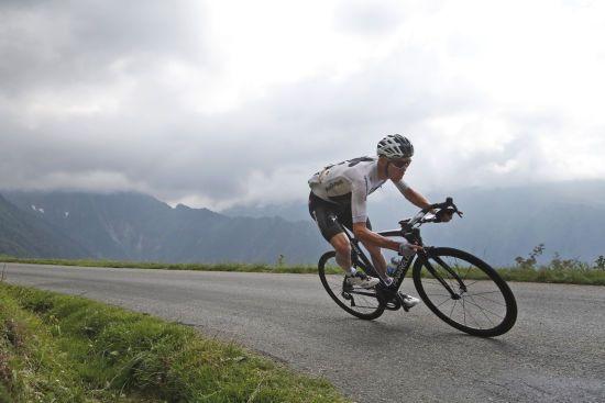 Титулований британський велогонщик отримав чисельні переломи на гонці, зараз він у реанімації