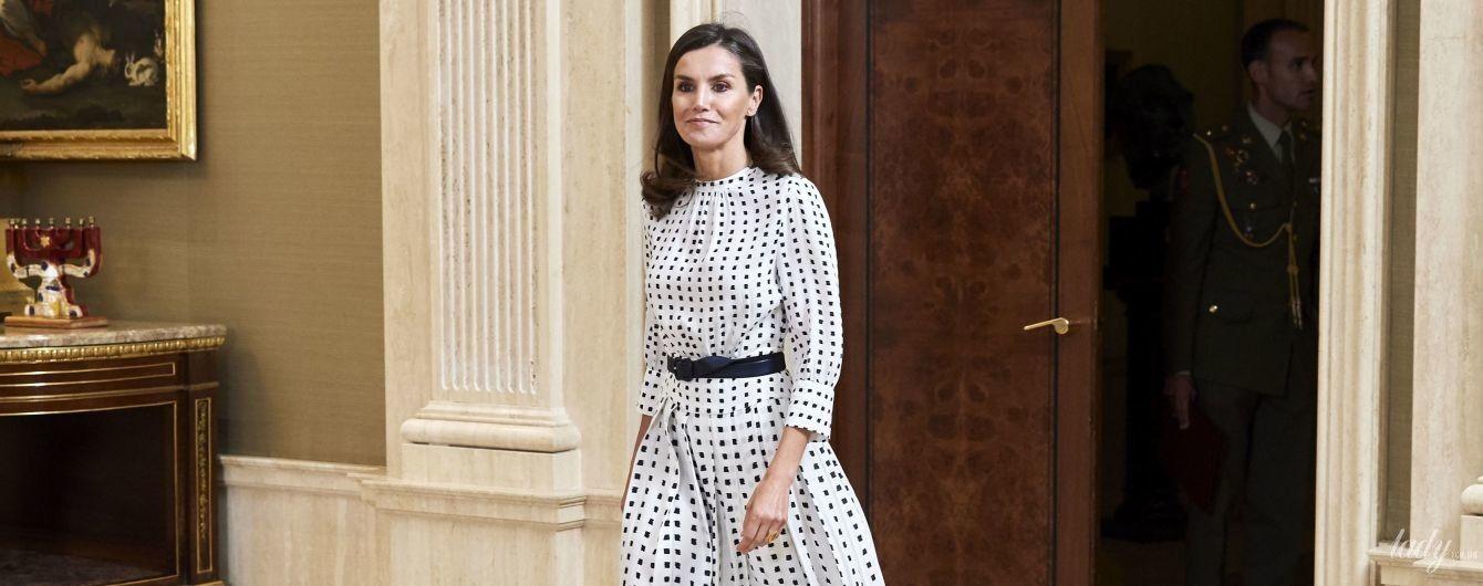 В игривом черно-белом платье: королева Летиция на приеме во дворце