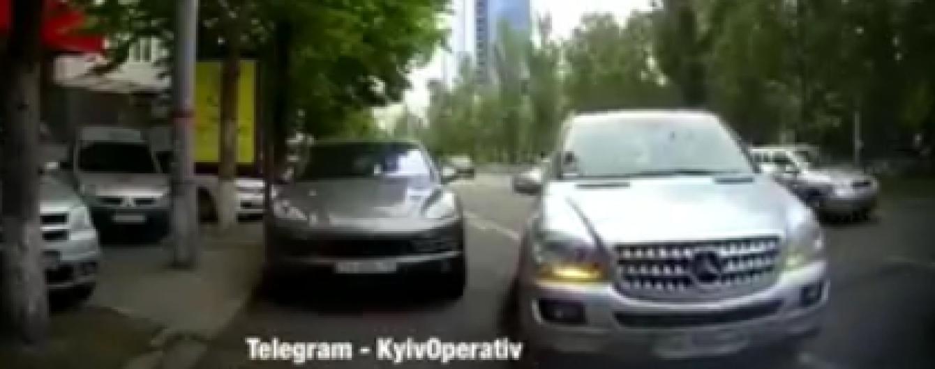 У Києві водійка Mercedes протаранила три автівки та втекла