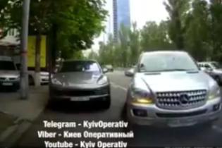 В Киеве женщина-водитель Mercedes протаранила три машины и убежала