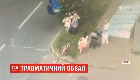 В центре Харькова металлический забор упал на мать с двумя детьми