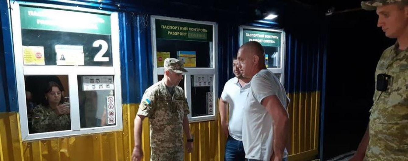 Освобожденный в оккупированном Крыму капитан судна Виктор Новицкий вернулся на свободную территорию Украины
