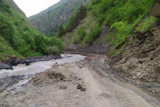 В горах Грузии машина с туристами упала в ущелье
