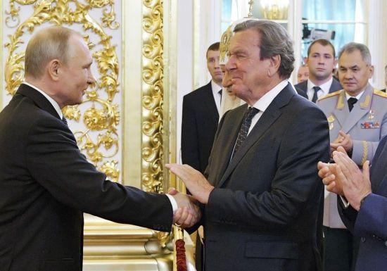 """Ексканцлер Німеччини вважає """"законною"""" анексію Криму"""