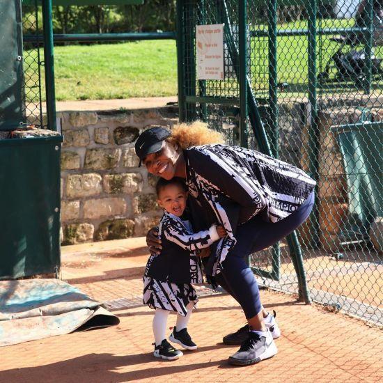Серена Вільямс показала, як вчить донечку робити колоритну зачіску