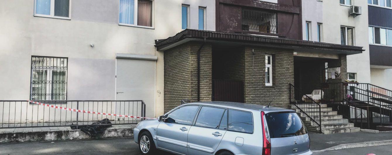 У Києві з вікна багатоповерхівки випала 70-річна жінка