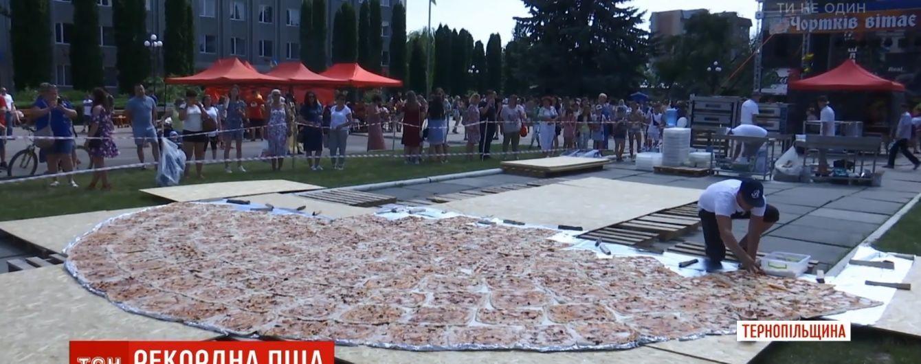 На Тернопольщине испекли рекордную 8-метровую пиццу
