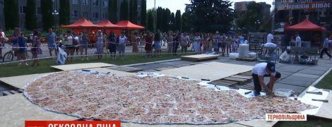 На Тернопільщині спекли рекордну 8-метрову піцу