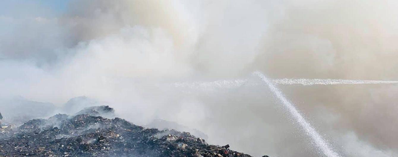 Засмерділо чималу площу Житомирщини: біля Новограда-Волинського палає сміттєзвалище