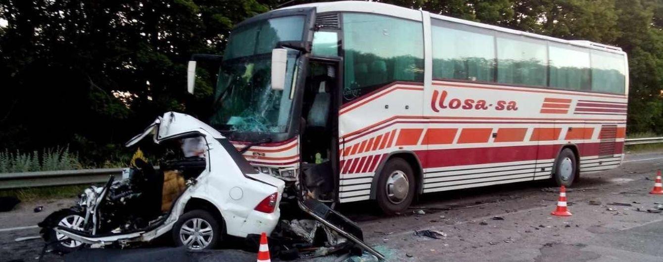 На Харківщині водій Geely врізався в рейсовий автобус і загинув у потрощеному авто
