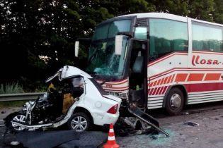 На Харьковщине водитель Geely врезался в рейсовый автобус и погиб в уничтоженном авто