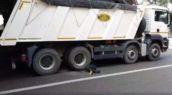 У Києві чоловік стрибнув із моста під колеса вантажівки