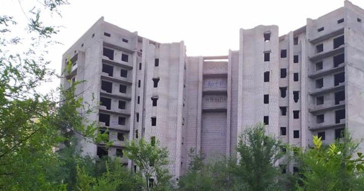 На Днепропетровщине школьницы упали с 9-го этажа недостройки: одна погибла, другая - на грани жизни