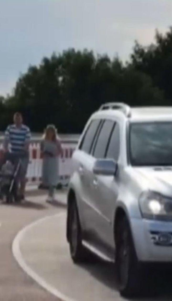 Хулігани на авто проїхались новим столичним мостом