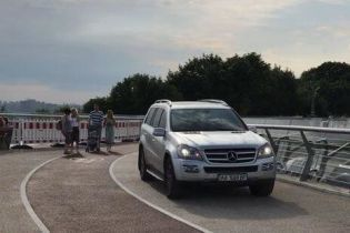 У водія Mercedes, який проїхався пішохідним мостом, раніше відбирали права за їзду напідпитку