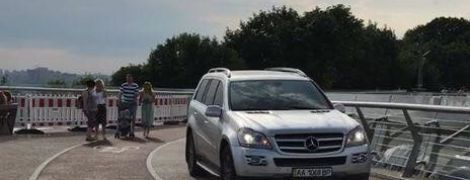 """У Києві """"дикуни на авто"""" заїхали на пішохідний міст і похизувалися цим в Instagram"""