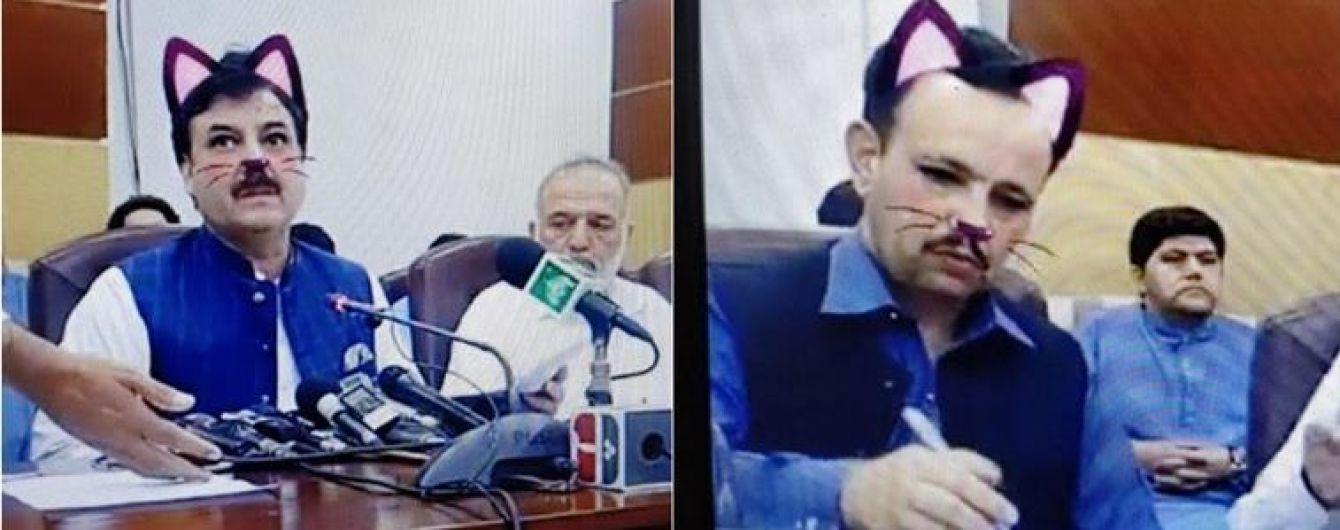 """У Пакистані урядовці перетворилися на """"котів"""" через випадково увімкнений фільтр під час трансляції"""