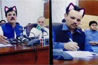 """В Пакистане чиновники превратились в """"котов"""" из-за случайно включенного фильтра во время трансляции"""
