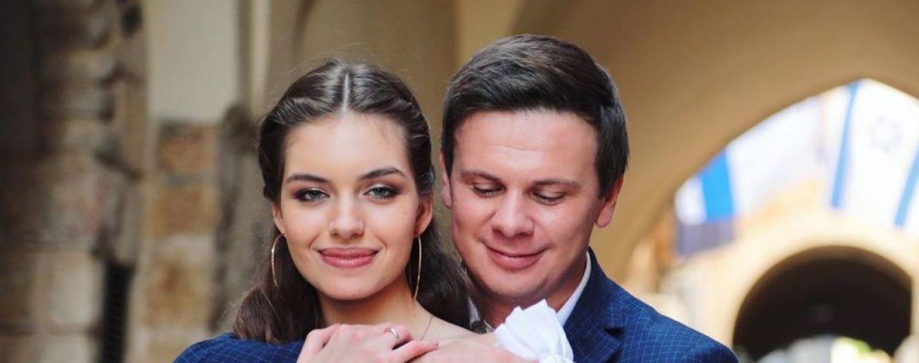 Дмитро Комаров показав, як катав молоду дружину на літаку