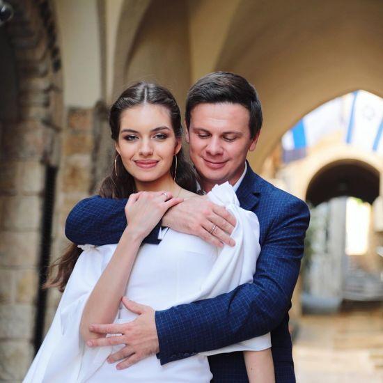 Дружина Дмитра Комарова розповіла, чому різко зірвалася до нього через півсвіту