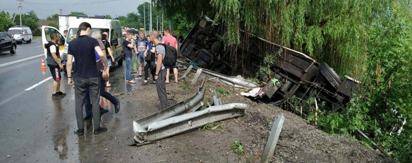В Винницкой области пассажирский автобус слетел с дороги и перевернулся