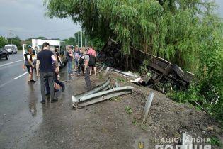 На Вінничині пасажирський автобус злетів з дороги та перекинувся