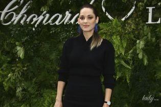 Выбрала мини: Марион Котийяр подчеркнула стройные ноги черным платьем