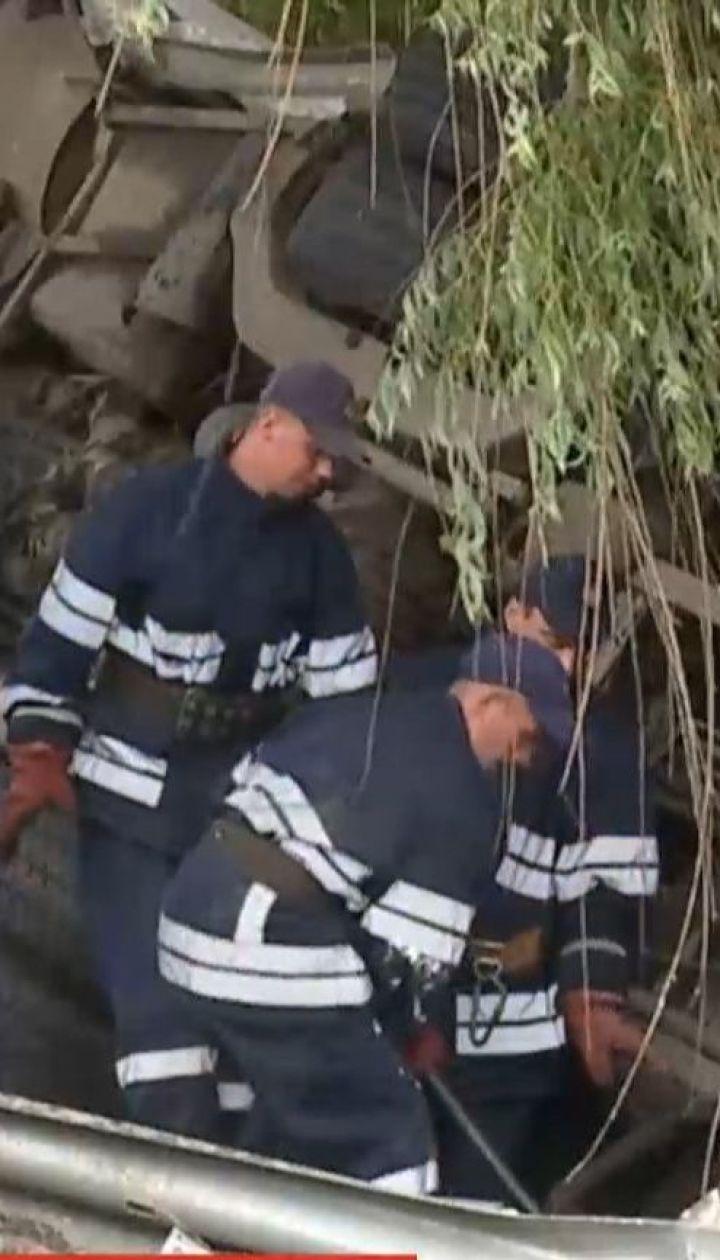 Шестеро пасажирів постраждали після того, як автобус з'їхав з траси та завалився на бік