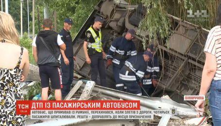 Шестеро пассажиров пострадали после того, как автобус съехал с трассы и завалился на бок