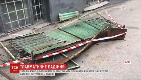 Во Львове пенсионер упал со второго этажа вместе с балконной решеткой