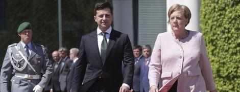 Вона була поруч зі мною і в безпеці - Зеленський про погане самопочуття Меркель