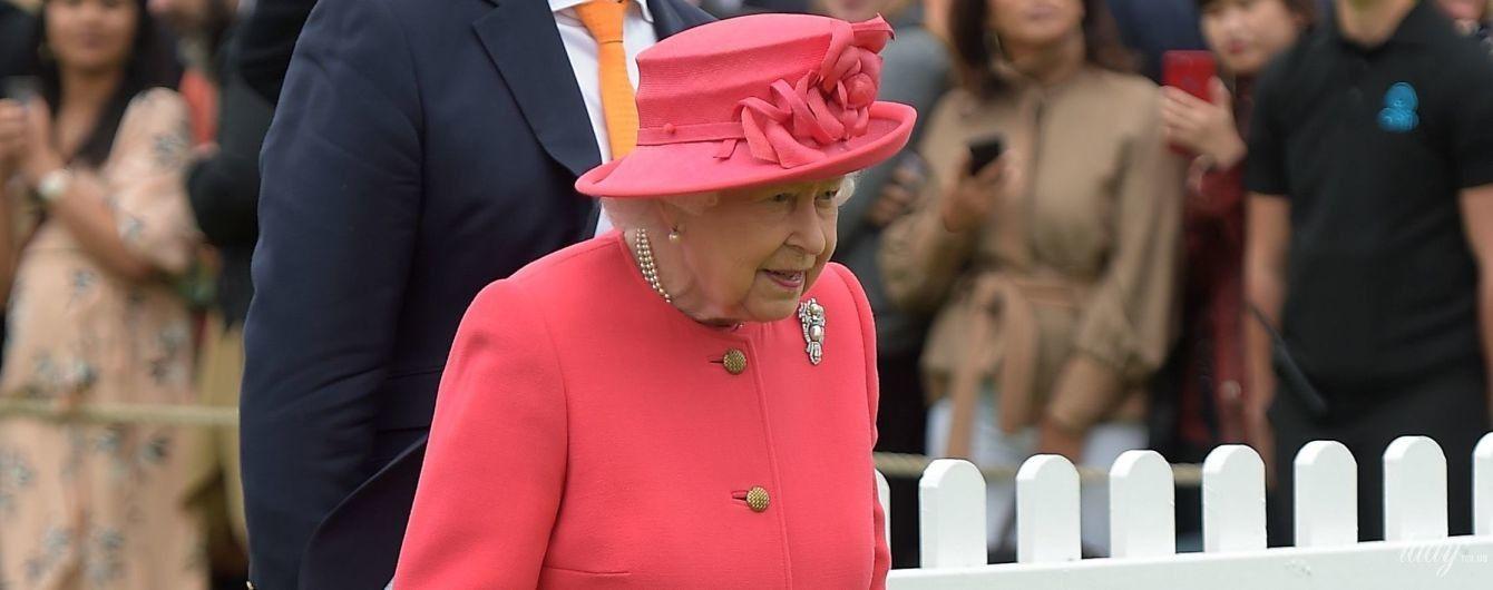 В пальто цвета лобстера: королева Елизавета ІІ на спортивных соревнованиях