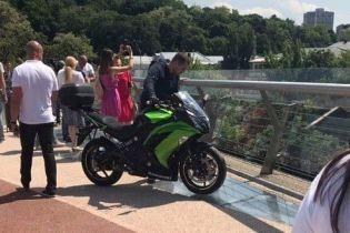 """""""Дурной пример заразителен"""". На пешеходном мосту Киева засветился еще и байкер"""