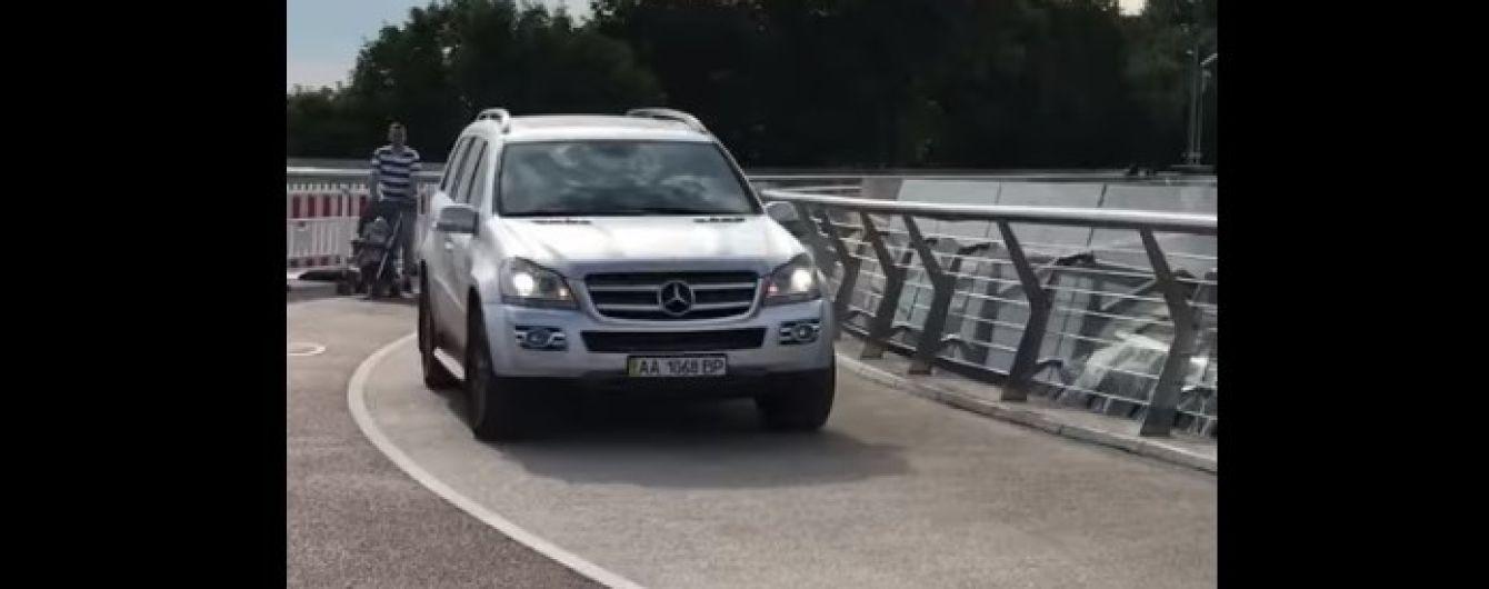 """Очевидиця, яка зафільмувала """"подорож"""" Mercedes пішохідним мостом, дала свідчення поліції"""