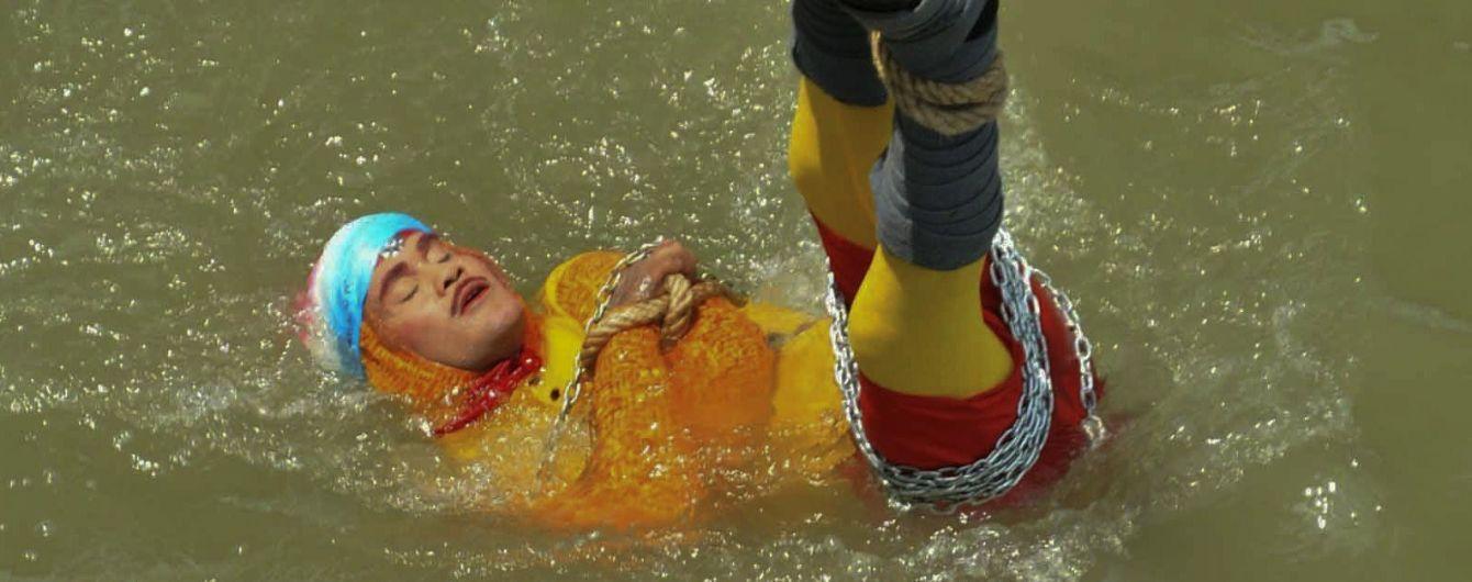Смертельный номер: индийский Гудини утонул после неудачного фокуса
