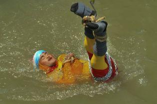 Смертельний номер: індійський Гудіні потонув після невдалого фокуса