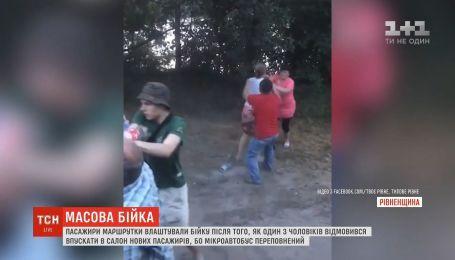 На Рівненщині пасажири маршрутки влаштували масову бійку через відсутність місць у транспорті